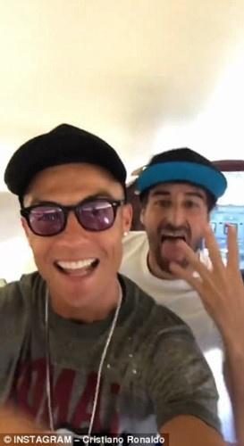 Ronaldo nhay mua tren may bay rieng mung Champions League hinh anh 2