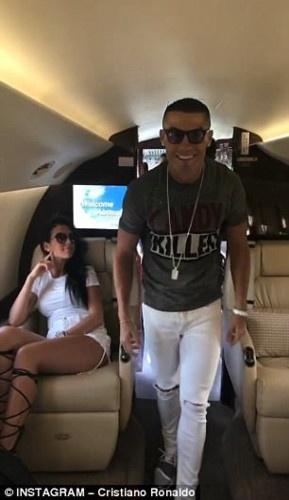 Ronaldo nhay mua tren may bay rieng mung Champions League hinh anh 1