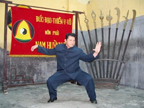 Vo su Huynh Tuan Kiet danh moc nhan va bieu dien khi cong hinh anh