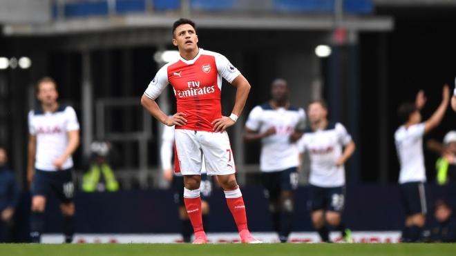 HLV Wenger quyet choi tat tay vu Sanchez hinh anh