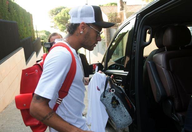 Neymar khan goi chinh thuc roi Barcelona hinh anh 3