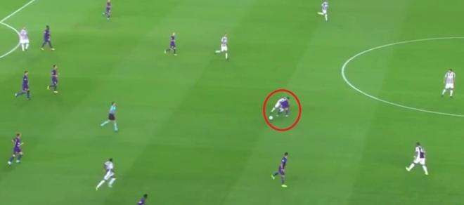 Messi may man chi phai nhan the vang trong tran dau voi Juventus hinh anh 1