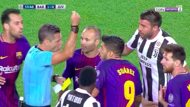 Messi may man chi phai nhan the vang trong tran dau voi Juventus hinh anh 4