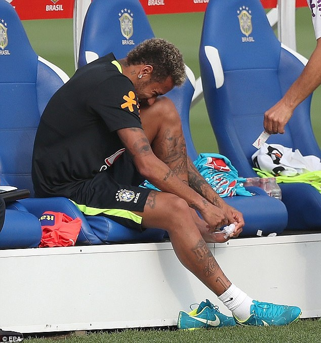 Dinh chan thuong ngon chan,  Neymar van vui ve luyen tap cung DT Brazil anh 1