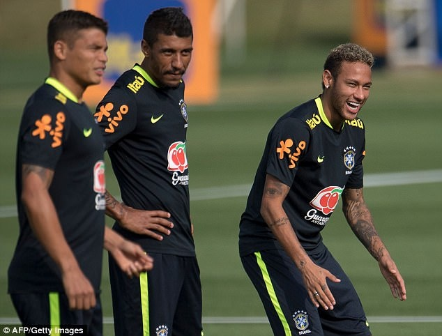 Dinh chan thuong ngon chan,  Neymar van vui ve luyen tap cung DT Brazil anh 3