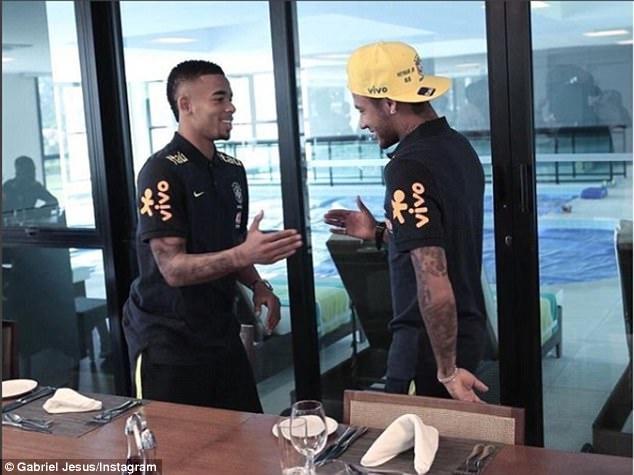 Dinh chan thuong ngon chan,  Neymar van vui ve luyen tap cung DT Brazil anh 4