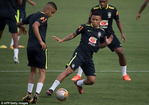 Dinh chan thuong ngon chan,  Neymar van vui ve luyen tap cung DT Brazil anh 5