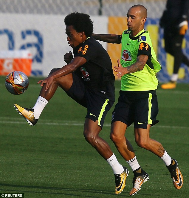 Dinh chan thuong ngon chan,  Neymar van vui ve luyen tap cung DT Brazil anh 6