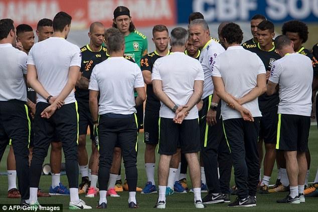 Dinh chan thuong ngon chan,  Neymar van vui ve luyen tap cung DT Brazil anh 7
