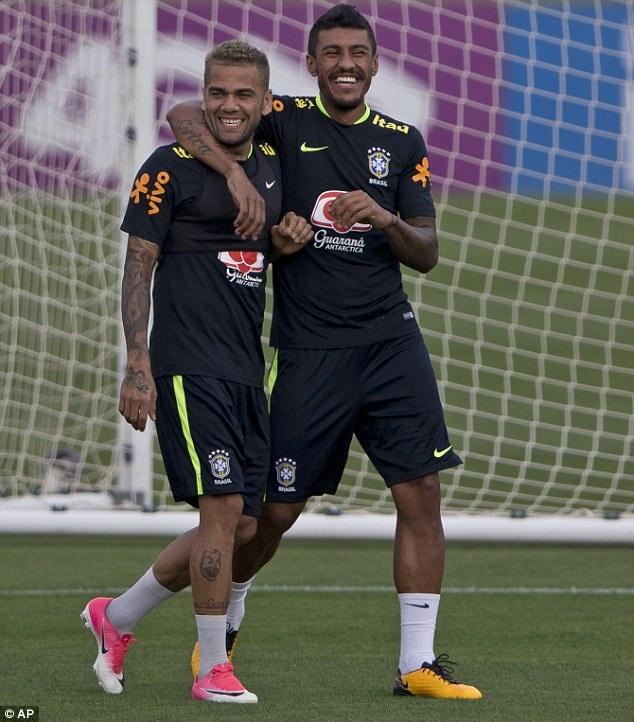 Dinh chan thuong ngon chan,  Neymar van vui ve luyen tap cung DT Brazil anh 8