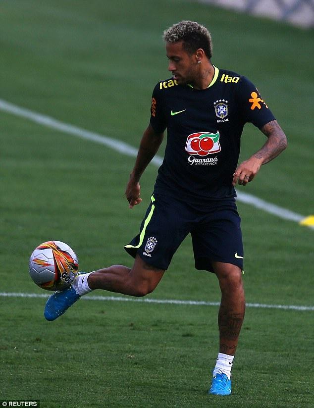 Dinh chan thuong ngon chan,  Neymar van vui ve luyen tap cung DT Brazil anh 9