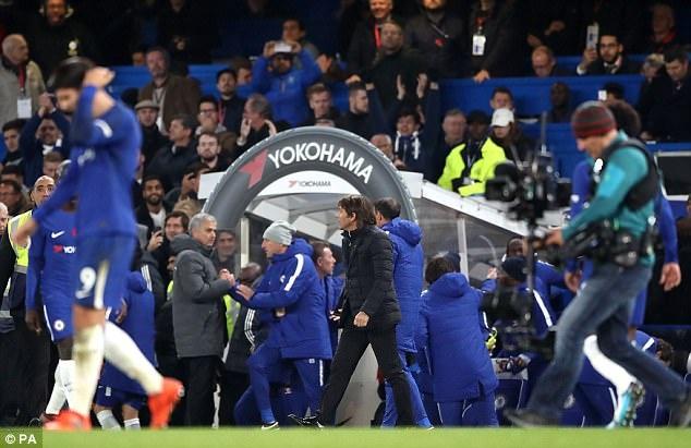 Mung chien thang, Conte khong them bat tay Mourinho hinh anh