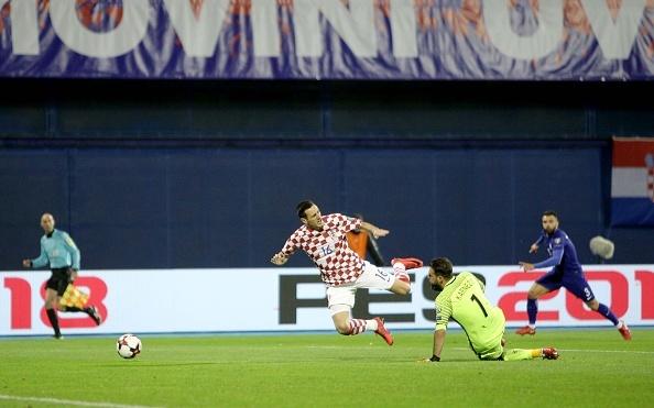Luka Modric khai hoa, Croatia dat mot chan vao VCK World Cup 2018 hinh anh 4