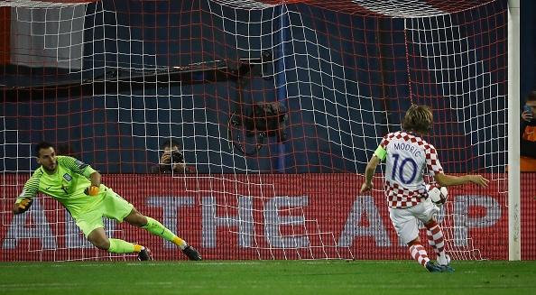 Luka Modric khai hoa, Croatia dat mot chan vao VCK World Cup 2018 hinh anh 5