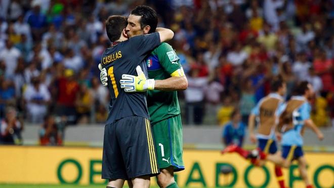 Casillas cung truyen thong the gioi chia se noi buon voi Buffon hinh anh 6