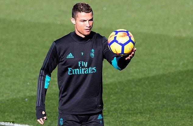 Ronaldo tach khoi nhom Ramos trong buoi tap truoc tran derby Madrid hinh anh 2