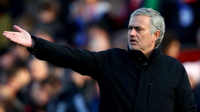 Mourinho khong hai long voi BLD MU, Chelsea kho chieu mo HLV Enrique hinh anh
