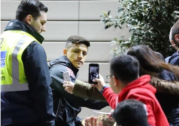 Man Utd hoi quan sau canh bao bom gan khach san Lowry hinh anh