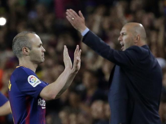 Zidane cho 5 phut o duong ham de chuc mung Iniesta hinh anh