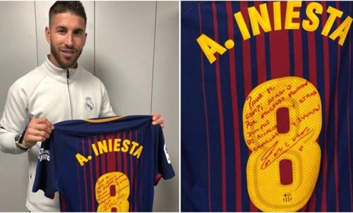Iniesta bat ngo tang ao dau El Clasico cuoi cung cho Ramos hinh anh