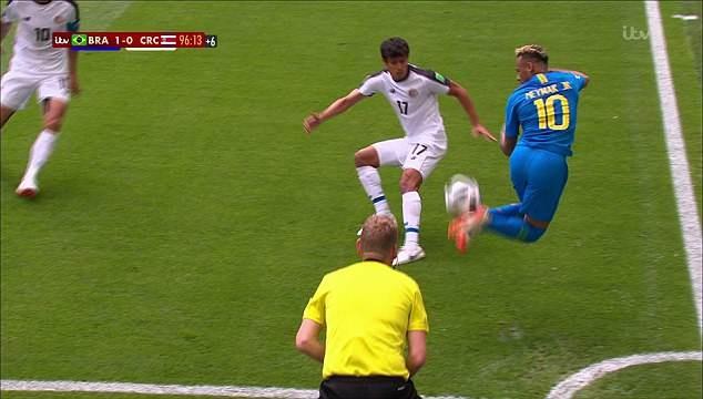 Neymar lai gion mat doi thu voi pha gap bong cau vong anh 1
