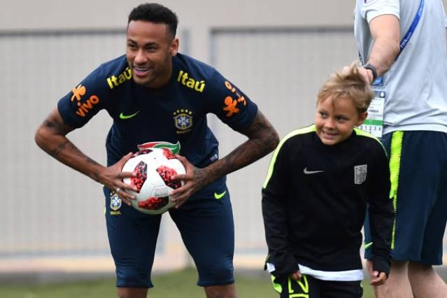 Dan sao Brazil dua con toi san tap truoc tran sinh tu voi Bi hinh anh