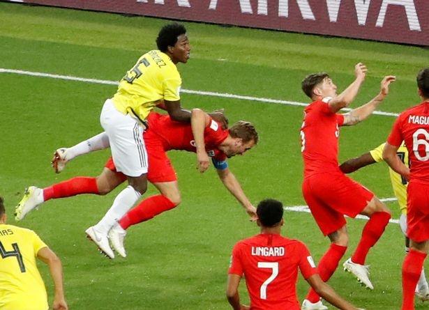 Hon 250.000 chu ky yeu cau FIFA to chuc lai tran Anh - Colombia hinh anh