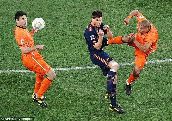 Pha kungfu cua De Jong duoc tai hien o Champions League hinh anh 1