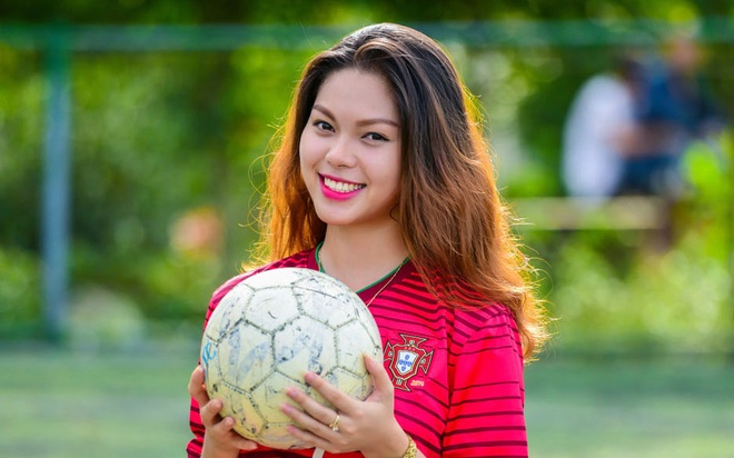 Nu sinh Hue co vu Ronaldo va Bo Dao Nha ngay ra quan tai World Cup hinh anh
