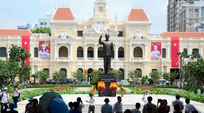 Tuong dai Chu tich Ho Chi Minh o quang truong di bo hinh anh