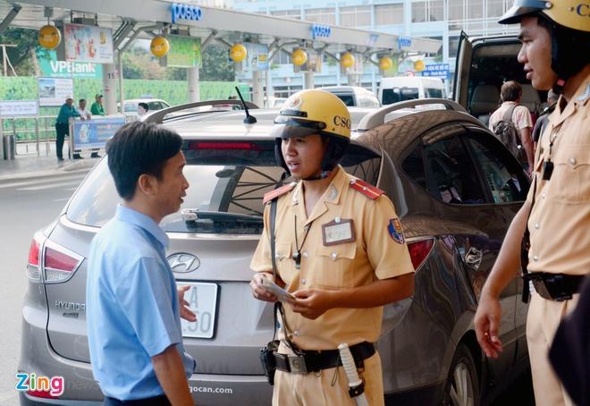 Quay video xe cong vu do chay i o san bay Tan Son Nhat hinh anh 11