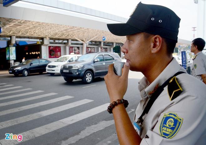 Quay video xe cong vu do chay i o san bay Tan Son Nhat hinh anh 7