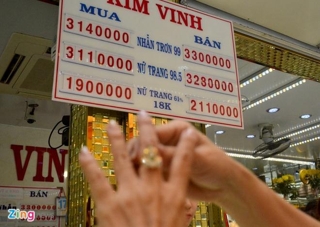 Lao dong Sai Gon mua vang thap tuoi o cho binh dan hinh anh 7