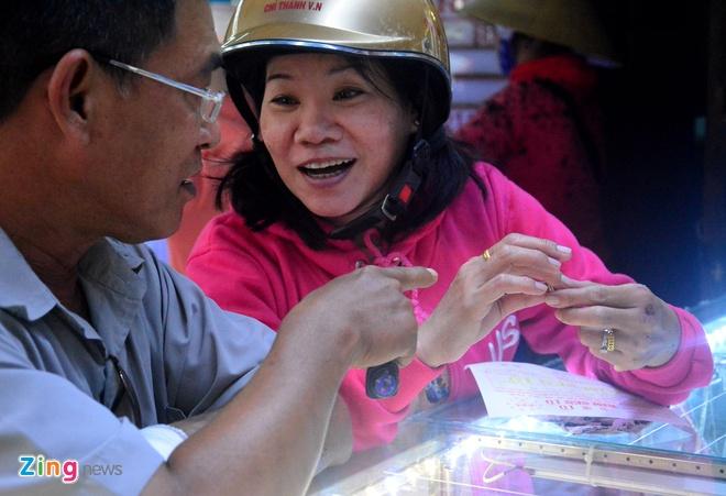 Lao dong Sai Gon mua vang thap tuoi o cho binh dan hinh anh 14
