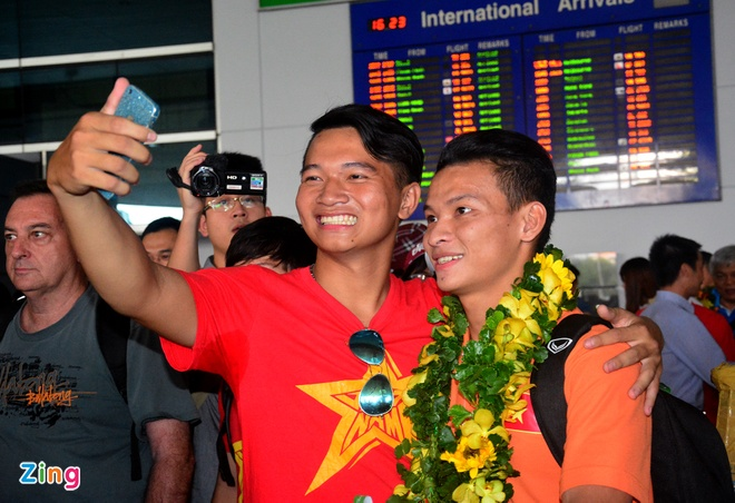 Doi tuyen futsal Viet Nam duoc chao don tai san bay hinh anh 9
