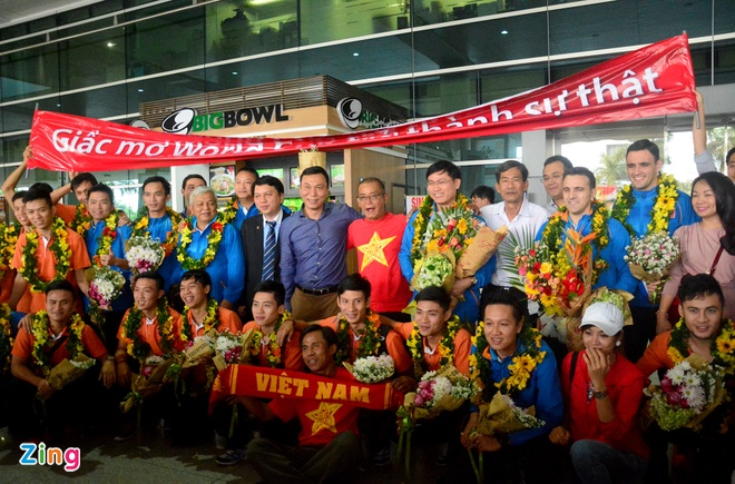 Doi tuyen futsal Viet Nam duoc chao don tai san bay hinh anh 14