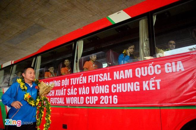 Doi tuyen futsal Viet Nam duoc chao don tai san bay hinh anh 15