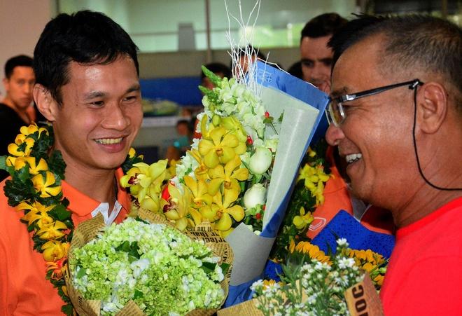 Doi tuyen futsal Viet Nam duoc chao don tai san bay hinh anh