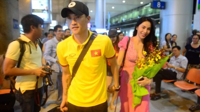 Thuy Tien ra san bay don Cong Vinh cung tuyen Viet Nam hinh anh