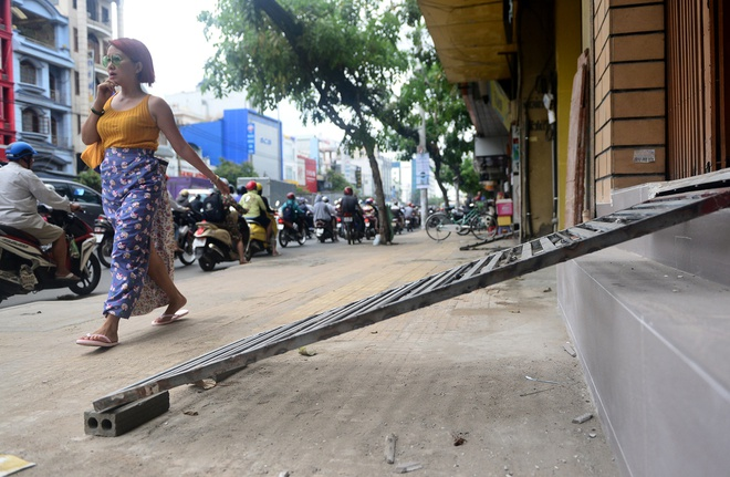 Cau dat xe banh truong tren via he Sai Gon hinh anh