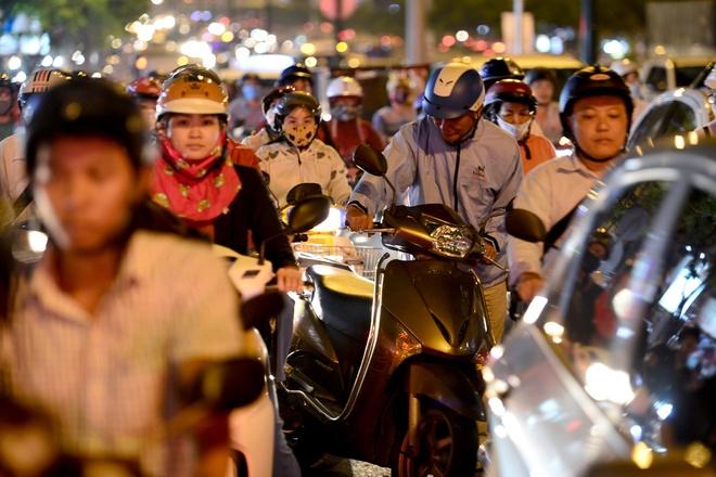 Hang nghin xe co chon chan tren dai lo Pham Van Dong hinh anh