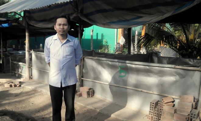 Tu chang trai ngheo bo hoc thanh ong chu kiem 500 trieu/nam hinh anh 1 Nguyễn Linh Duy bên trang trại rắn mối của mình.