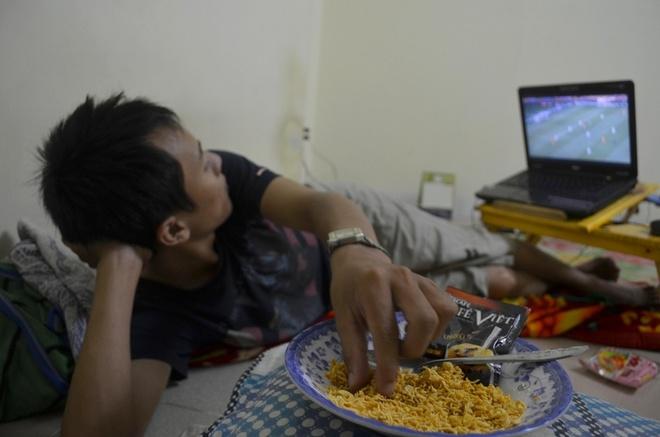 Muon kieu xem World Cup cua sinh vien Sai Gon hinh anh 10 Mì tôm, cà phê thường là những món được các sinh viên dùng khi xem bóng đá ban đêm.