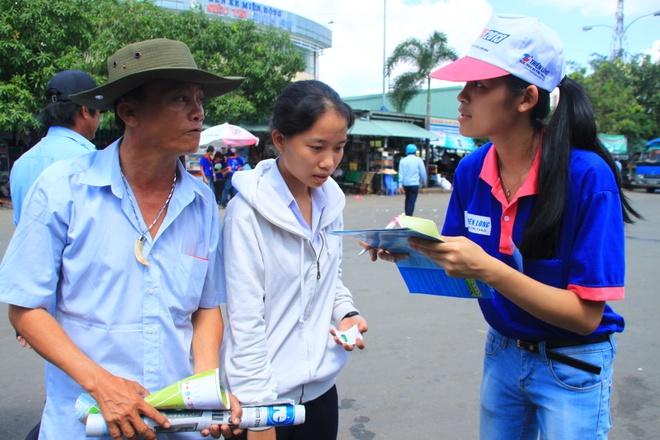 Nguoi Sai Gon vay tien, thue nha lo cho si tu di thi hinh anh 3 Sinh viên tình nguyện tại chốt Bến xe Miền Đông (Q.Bình Thạnh) tư vấn cho phụ huynh, thí sinh.