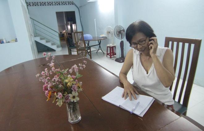 Nguoi Sai Gon vay tien, thue nha lo cho si tu di thi hinh anh 2 Cô Nguyễn Thị Huệ ghi chép thông tin thí sinh tại căn phòng mà cô sẽ cho các em ở.