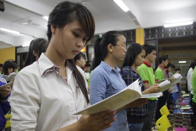 500 si tu tai Sai Gon cung thap hoa dang cau may hinh anh 5 Trong tiếng kinh cầu, mọi người cùng mong ước sẽ hoàn thành, đạt kết quả tốt ở mùa thi năm nay.