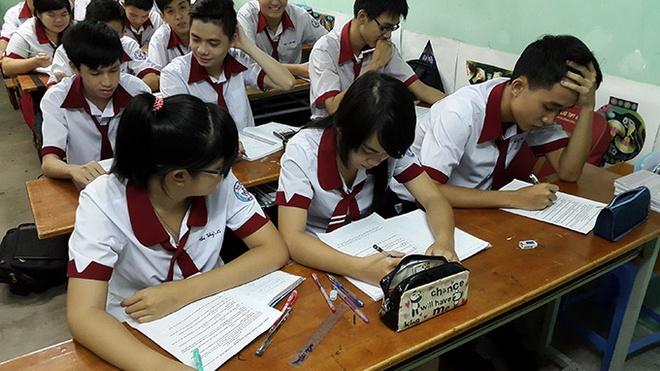 Hoc tro hoang mang, chua san sang cho 1 ky thi quoc gia hinh anh 1 HS khối 12 Trường THPT tư thục Nhân Việt điền vào phiếu khảo sát chọn phương án cho kỳ thi quốc gia 2015 chiều 31/7.