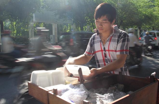 9X bo DH Nhan van, di ban banh uot le duong Sai Gon hinh anh