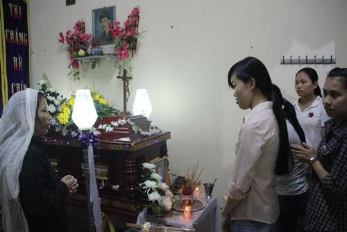 Nghi can gai min trong goi qua 20/11 ra dau thu hinh anh 1 Đám tang nạn nhân vụ cài mìn trong gói quà 20/11. Ảnh: Vietnamnet.