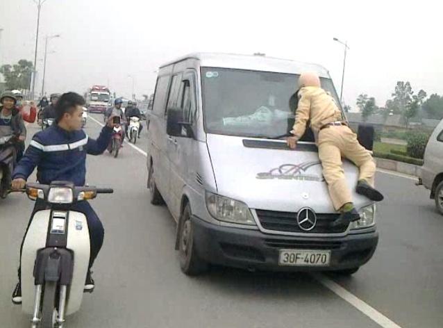 Tai xe xe khach hat canh sat giao thong len nap capo hinh anh
